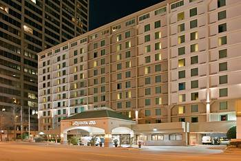 La Quinta Inn & Suites by Wyndham Downtown Conference Center