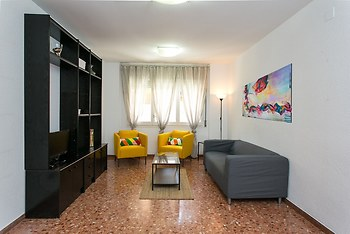 Spacious & Quiet 4 Bedroom Apartment